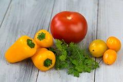 Смешанные свежие покрашенные овощи, томаты вишни, мини паприка, томат и свежие травы на деревянной предпосылке Стоковые Изображения