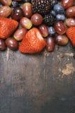 Смешанные ягоды на темной предпосылке От выше Стоковое Изображение