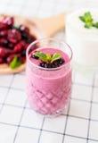 смешанные ягоды с smoothies югурта стоковые фотографии rf