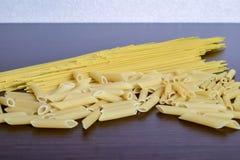 Смешанный высушенный выбор макаронных изделий на деревянной предпосылке стоковое фото