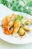 Смешанный зажаренный стейк морепродуктов с salmon креветкой и другим мясом стоковые фотографии rf