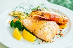 Смешанный зажаренный стейк морепродуктов с salmon креветкой и другим мясом стоковые изображения
