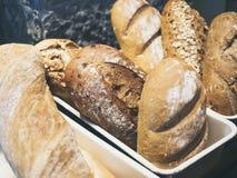 Смешанный дисплей багета хлеба в магазине хлебопекарни Стоковая Фотография
