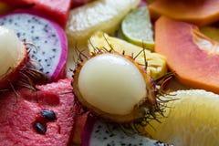 Смешанный крупный план зрелых и свежих фруктов для красочной предпосылки Стоковое Фото