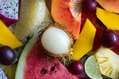 Смешанный крупный план зрелых и свежих фруктов для красочной предпосылки Стоковые Изображения RF