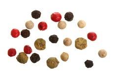 Смешанный перца перцев горячего, красного, черного, белого и зеленого изолированного на белой предпосылке Взгляд сверху Стоковые Изображения RF