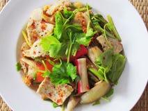Смешанный салат или Yummy смешанный Yum mit Ruom, с свининой, краб, mea Стоковые Фотографии RF
