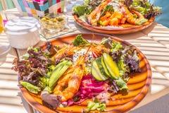 Смешанный салат креветок и alfesco авокадоа Стоковые Фото