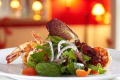 Смешанный салат с зажаренными scampis. Стоковые Изображения RF