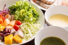 Смешанный салат с томатами, мозоль, моркови, канталупа, красные фасоли, Стоковые Изображения