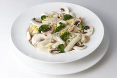 Смешанный салат с яичками, макаронными изделиями, грибами и мясом цыпленка Стоковые Изображения