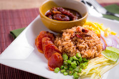 Смешанный сваренный рис с затиром креветки (Ka Pi) Khao Clook, тайской шипучкой Стоковые Изображения