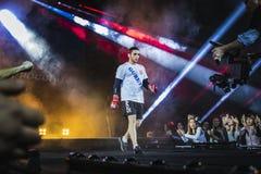 Смешанный спортсменом боец боевых искусств подиум окруженный вентиляторами Стоковое Фото