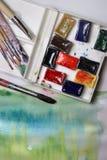 Смешивание акварелей и paintbrushes Стоковое фото RF