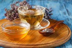 Смешивание био травяного чая стоковые фото
