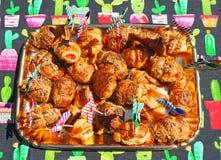 Смешивание бриошей очень вкусных закусок малых сделанных из печенья слойки стоковая фотография rf