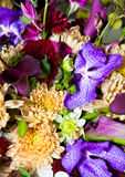 Смешивание букета цветков с другими цветами Стоковое фото RF