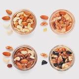 Смешивание гаек в стекловарных горшках с медом, высушенных плодоовощах стоковое изображение rf