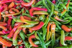 Смешивание горячих зеленых, красных и желтых перцев чилей для продажи стоковые изображения