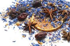 Смешивание для чая изолированного на белизне стоковые фотографии rf