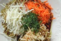 Смешивание заскрежетанных овощей на белой плите Стоковая Фотография