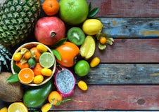 Смешивание зрелых тропических плодоовощей с авокадоом, манго, кокосом, карамболой, бананом, кумкватом, pitahaya, кивиом Предпосыл Стоковое Изображение RF