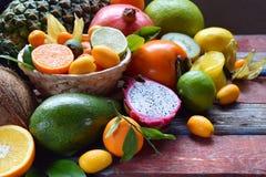 Смешивание зрелых тропических плодоовощей с манго авокадоа, кумкватом, кивиом, цитрусом Предпосылка Superfood Вегетарианская сырц Стоковое Изображение RF