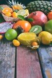 Смешивание зрелых тропических плодоовощей с манго авокадоа, кумкватом, кивиом, цитрусом Предпосылка Superfood Вегетарианская сырц Стоковое Изображение
