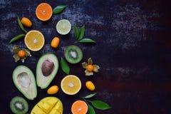 Смешивание зрелых тропических плодоовощей с манго авокадоа, кумкватом, кивиом, цитрусом Предпосылка Superfood Вегетарианская сырц Стоковое фото RF