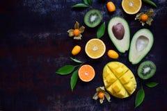 Смешивание зрелых тропических плодоовощей с манго авокадоа, кумкватом, кивиом, цитрусом Предпосылка Superfood Вегетарианская сырц Стоковые Изображения RF