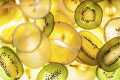 Смешивание кивиа, апельсина, лимона и зеленых кусков яблока Стоковая Фотография