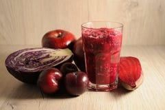 Смешивание красных, бургундских овощей и плодоовощей Стоковые Изображения RF