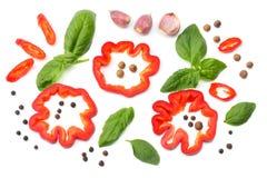 смешивание куска томата, лист базилика, чеснока, сладостного болгарского перца и специй изолированных на белой предпосылке Взгляд Стоковые Изображения RF
