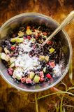 Смешивание клубник, ревеня и сахара замороженных ягод одичалых Стоковое Изображение RF