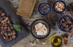Смешивание мыла чокнутого и травяного, Халеба и масла дерева ши Стоковая Фотография