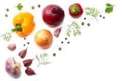 смешивание отрезанного огурца, чеснока, сладостного болгарского перца и петрушки изолированных на белой предпосылке Взгляд сверху Стоковое Фото