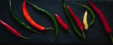 Смешивание перцев chili на темной предпосылке, взгляд сверху стоковая фотография rf