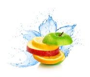 Смешивание плодоовощ в выплеске воды стоковые изображения rf