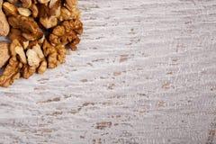 Смешивание разного вида гаек на деревянной предпосылке Стоковые Фотографии RF