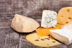 Смешивание разного вида сыра на деревянной предпосылке Стоковые Фотографии RF
