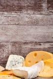 Смешивание разного вида сыра на деревянной предпосылке Стоковая Фотография RF
