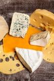 Смешивание разного вида сыра на деревянной предпосылке Стоковая Фотография