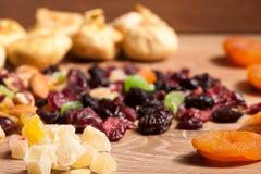 Смешивание различных высушенных плодоовощей на деревянной предпосылке стоковая фотография rf