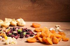 Смешивание различных высушенных плодоовощей на деревянной предпосылке Стоковые Фотографии RF