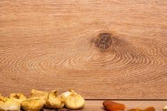 Смешивание различных высушенных плодоовощей на деревянной предпосылке Стоковое Изображение