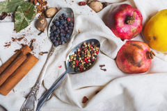Смешивание различных специй и трав, кашевар и ингридиенты кухни на таблице с оформлением лист и плодоовощ залива Стоковое Фото