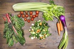 Смешивание свежих овощей на старой таблице готовой быть сваренным к Стоковая Фотография