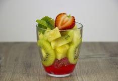 Смешивание свежих фруктов и ягод стоковая фотография rf