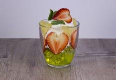 Смешивание свежих фруктов и ягод стоковая фотография