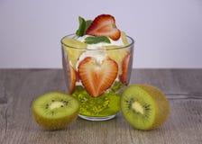 Смешивание свежих фруктов и ягод стоковые изображения rf